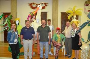 Francisco Gonzalez junto a Juan Jose Jabares y la Familia Jabares Barrera ayer en el Museo del Carnaval