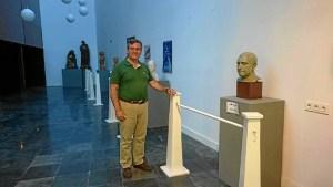 Francisco Gonzalez junto a una de las esculturas de Carlos Silva