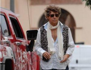 Imagen de Quintero en Sevilla junto al todoterreno con el que ha tenido el accidente.