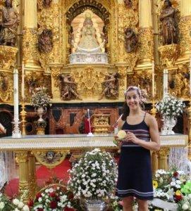 Carolina Marín, campeona olímpica, en la ermita del Rocío.