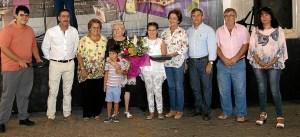 la Homenajeada junto a sus nietos, la Alcaldesa, el resto de ediles y el director del centro de mayores