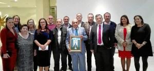 Antonio Canela y el Primer Teniebte de Alcalde con la Junta de Gobierno de la Hermandad