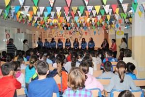 Jugadoras del Cajasol Sporting en el Colegio José Oliva.