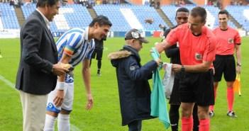 José Antonio Garrido, niño olontense, haciendo el saque de honor.