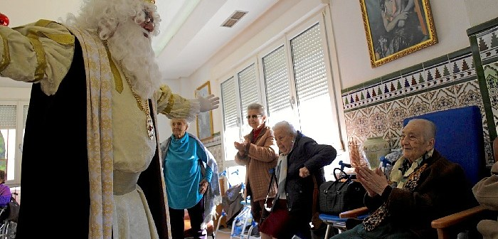 Reyes Magos de Huelva visitan a los mayores (7)