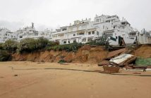 El temporal se come la playa de El Portil (2)