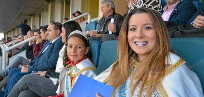 Las Choqueras hacen el saque de honor en el partido Recreativo-Villanovense (2)