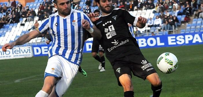 Núñez peleando un balón con Candelas.