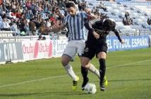 Núñez peleando por un balón.