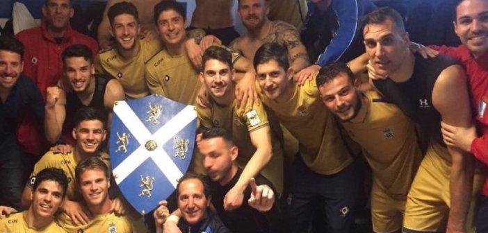 Jugadores del Recreativo celebrando la victoria en Linares.