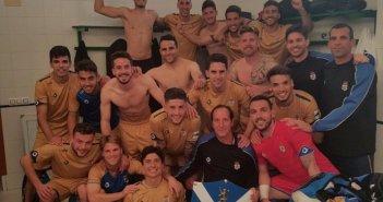 Jugadores del Recreativo celebrando la victoria en Mancha Real.