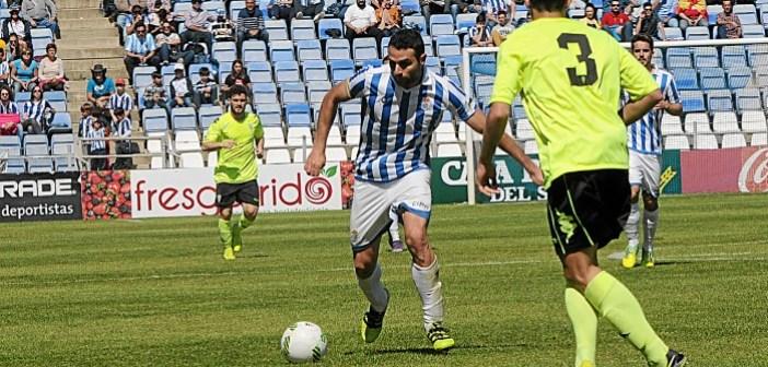 Antonio Núñez buscándose espacio para disparar ante la oposición de Mena.
