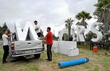 Operarios municipales desmonstan las letras que anuncian Isla Cristina en El Empalme