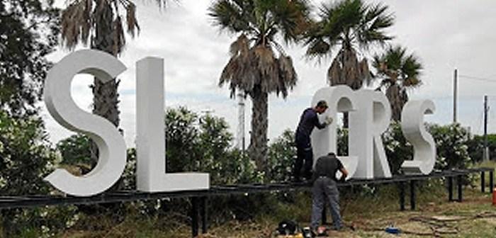 Operarios municipales retiran las letras