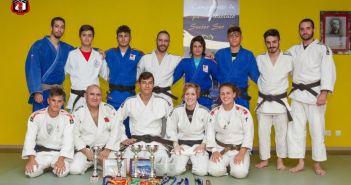 Judocas del Huelva TSV posando con sus trofeos.