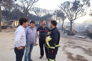 El alcalde de Huelva con efectivos de Bomberos de la capital (1)