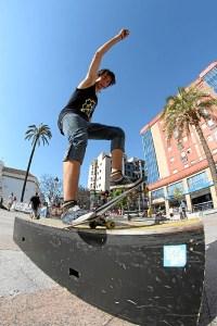 Joven practica skate en Huelva