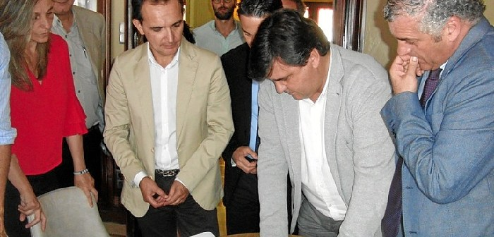 Consejero de Empleo con el alcalde de Huelva (3)