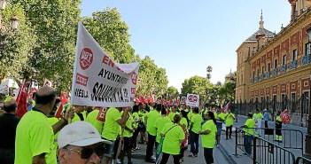 Protesta de trabajadores de Cosmos ante el Palacio de San Telmo en Sevilla (2)