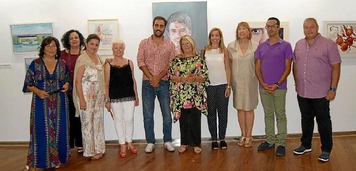 Las autoridades y el tecnico de Cultura junto a las artistas ayamontinas