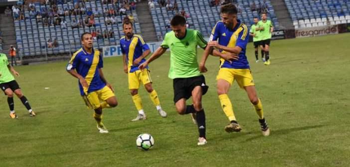 Jonathan Vila, presionado por un jugador del Cádiz.