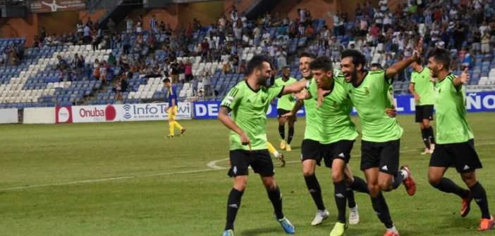 Jugadores del Recreativo, celebrando el gol de la victoria. (Tenor)