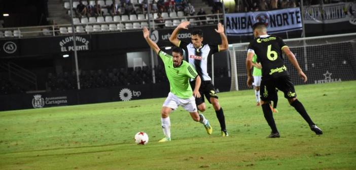 Rafa de Vicente presionado por un jugador del Cartagena. (Tenor)