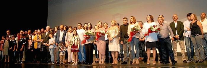Foto de familia de las autoridades junto a los homenajeados y sus familiares,  miembros de ASCABAN y la Hermandad