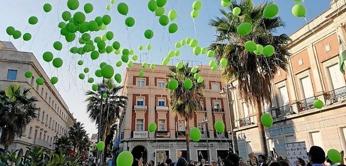 Suelta de globos de Feafes en la capital para celebrar el Día de la Salud Mental.