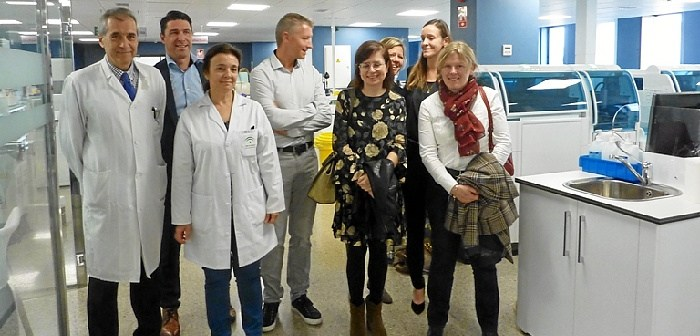Especialistas belgas en el laboratorio del hospital (1)