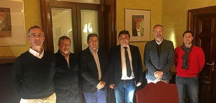 ENTREGA DEL  ESCRITO POR LOS  COLEGIOS PROFESIONALES AL ALCALDE