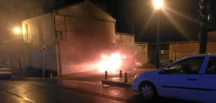El vehículo que ardió en la zona del Barrio Obrero quedó totalmente calcinado.