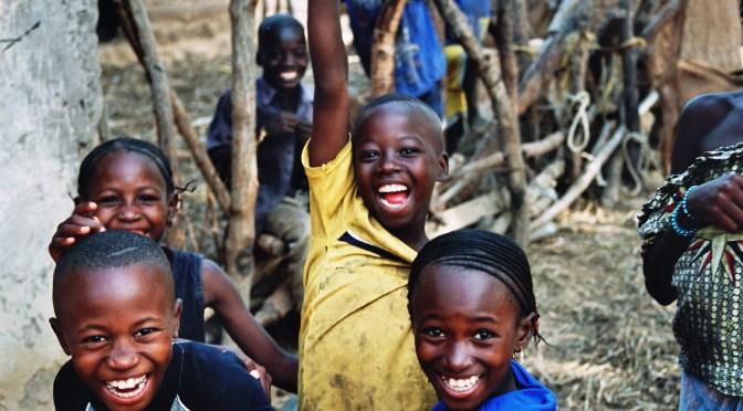 Photos d'enfants Maliens levant les bras en guise de victoire