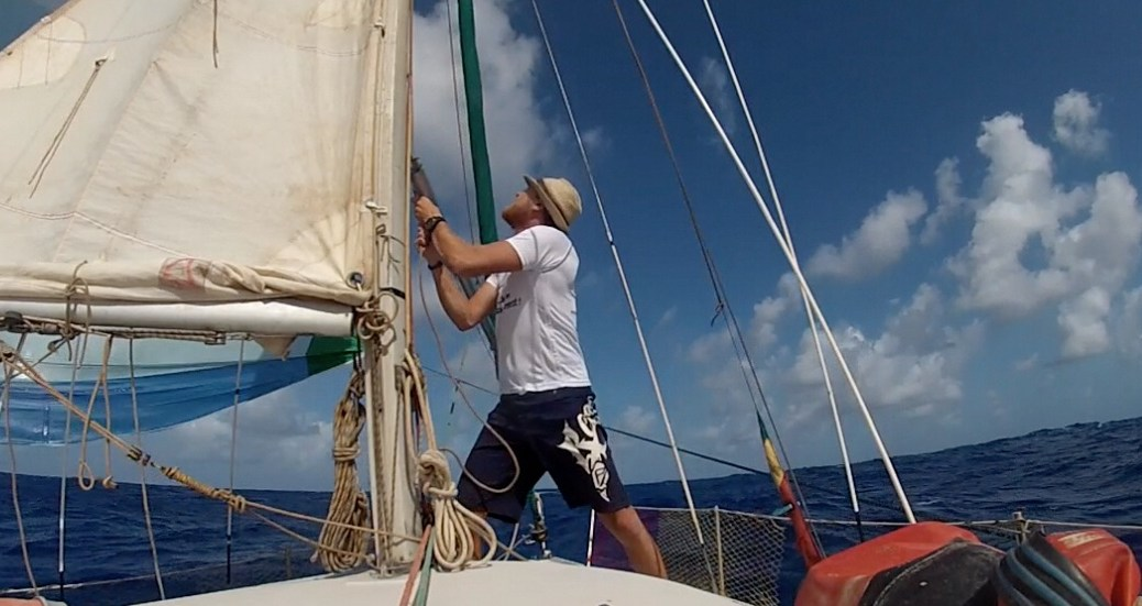 photo d'alex au mat pour envoyer le spinnaker