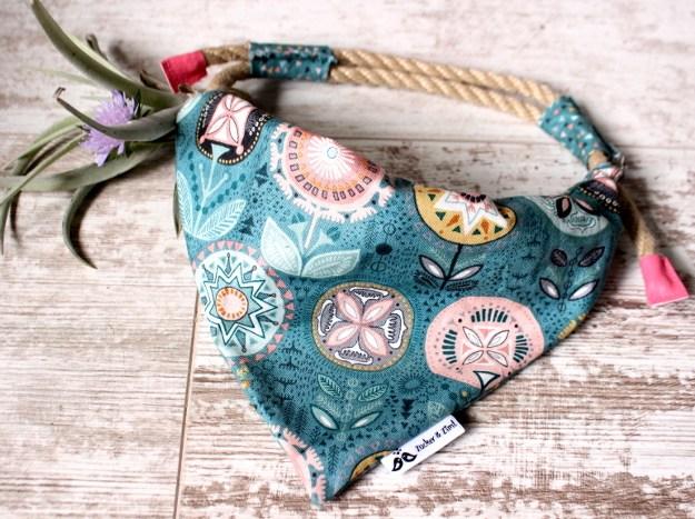 Handgemachtes Hundehalstuch mit Blumenmuster