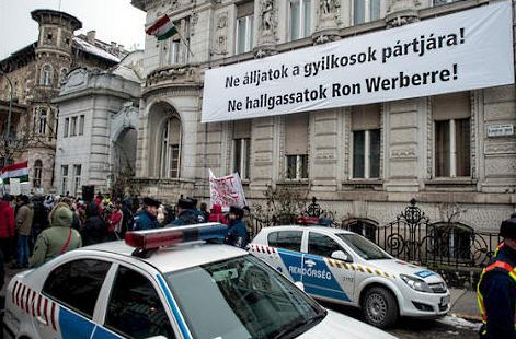DK demonstration, Fidesz sign