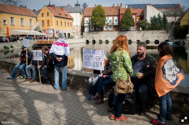 Patiently waiting for Viktor Orbán in Tapolca / Photo: János Bődey