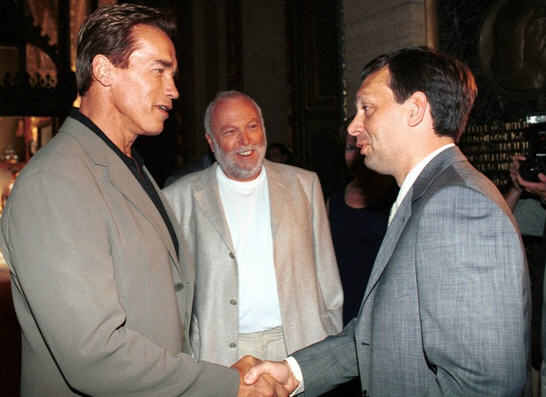 Arnold Schwarzenegger and Viktor Orbán, Andy Vajda smiling in the background (July 2000) / Origo