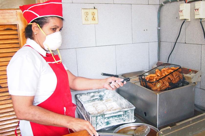 Lady frying the cangrejitos.