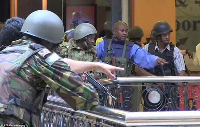Kenyan policemen and soldiers taking position as they battle Somali militants who have killed 59 people and injured 175 at a Nairobi shopping center