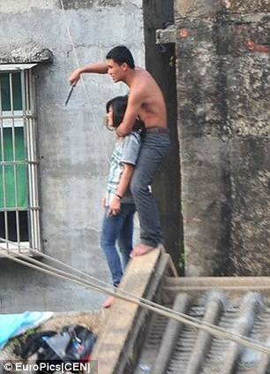 Man who held his girlfriend hostage on a rooftop in China