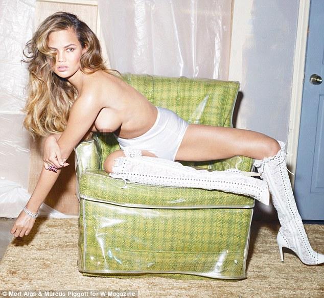 Chrissy Teigen posed topless for W Magazine - Foto 10 Supermodel Paling Seksi Di Medsos Versi W Magazine
