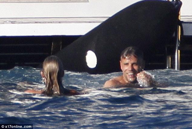 Foto Supermodel Kate Moss Seksi Berbikini Hitam di Kapal Yacht di Italia