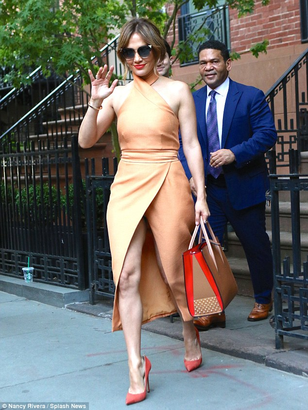 Mix and match! Jennifer coordinated her look perfectly in shades of peach, orange and red