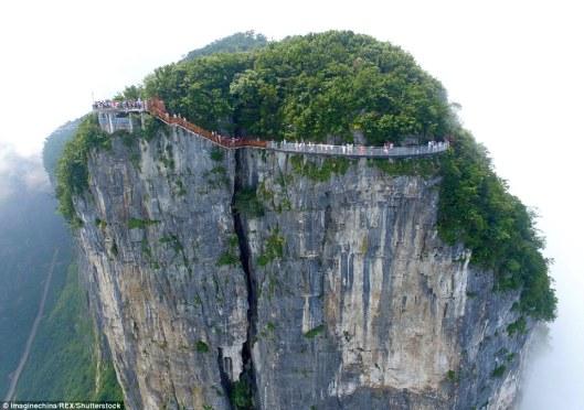Aterrador: La pasarela ha sido recientemente convertido de un camino de madera y se ubica a unos 4,600ft por encima del fondo del valle