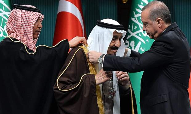 Turkish President Recep Tayyip Erdogan (R) presents Turkey's highest state medal to King Salman of Saudi Arabia (C) during a ceremony at the presidential complex in Ankara on April 12, 2016.— AFP