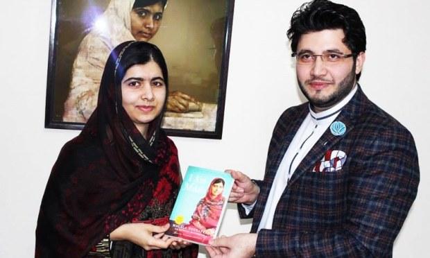 Malala presenting a copy of her book 'I am Malala' to Afridi. — Peshawar Zalmi Media