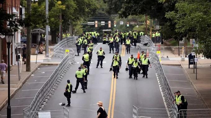 À Charlottesville, la police sécurise les alentours de la statue du général Lee.