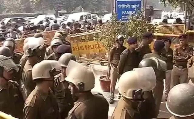 जेएनयू विवाद : पेशी के लिए कोर्ट पहुंचे कन्हैया कुमार पर वकीलों ने फिर किया हमला