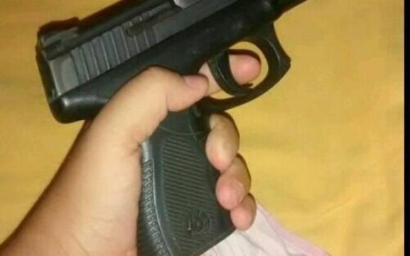 Resultado de imagem para criança com pistola .40